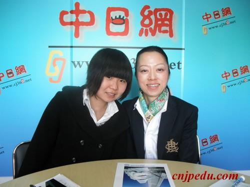 左面是留学申请者丁 慧,右面是横滨国际教育学院小川 爱子老师