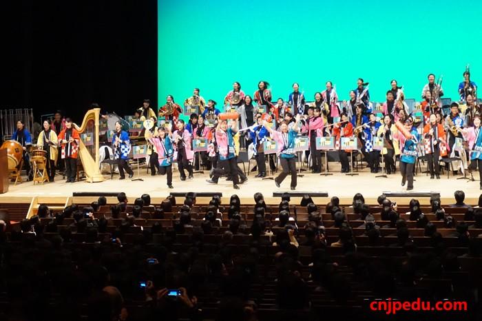 八王子高中举2015届新生入学式上的文艺表演
