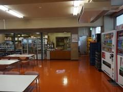 八王子高等学校教学楼内及食堂现场。