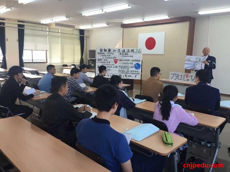 冈山学艺馆高中招收的2016届中国留学生已经入学上课中