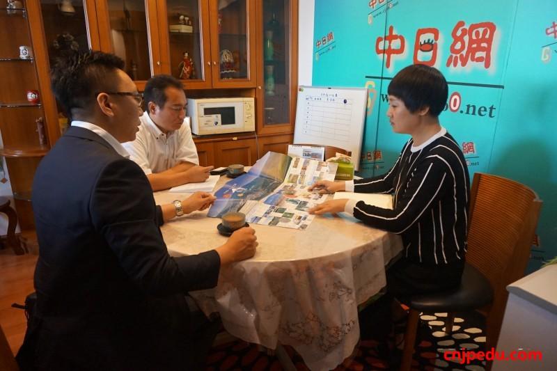 王磊老师、新藤光彦老师与日本留学网负责人程海燕老师交谈中